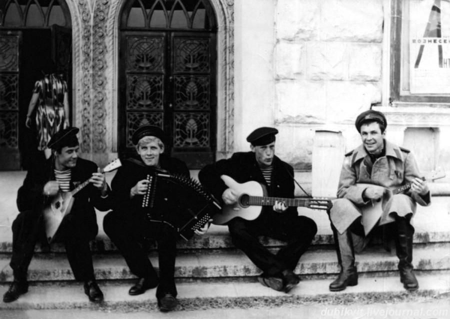 020 Начало показа спектакля «Десять дней, которые потрясли мир» на площади перед театром. Фото Виктора Ахломова 1965 года