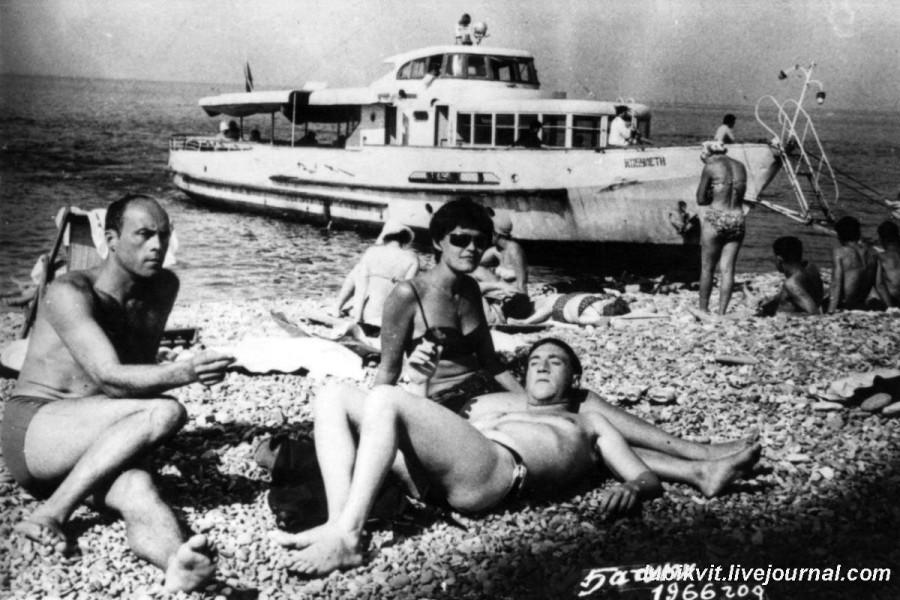 021 Владимир Высоцкий, Станислав Говорухин и Ирина Яковлевна Шалаева в Батуми. Фото 1966 года