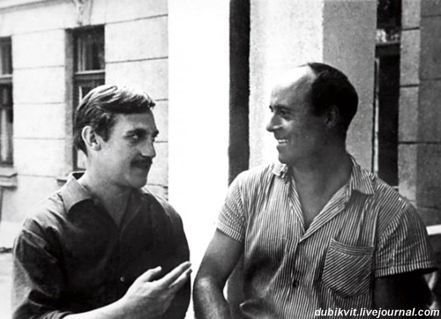 024 Владимир Высоцкий и Станислав Говорухин у гостиницы «Куряж» в Одессе во время съемок фильма «Вертикаль». Фото Виктора Скубко, 1966 год