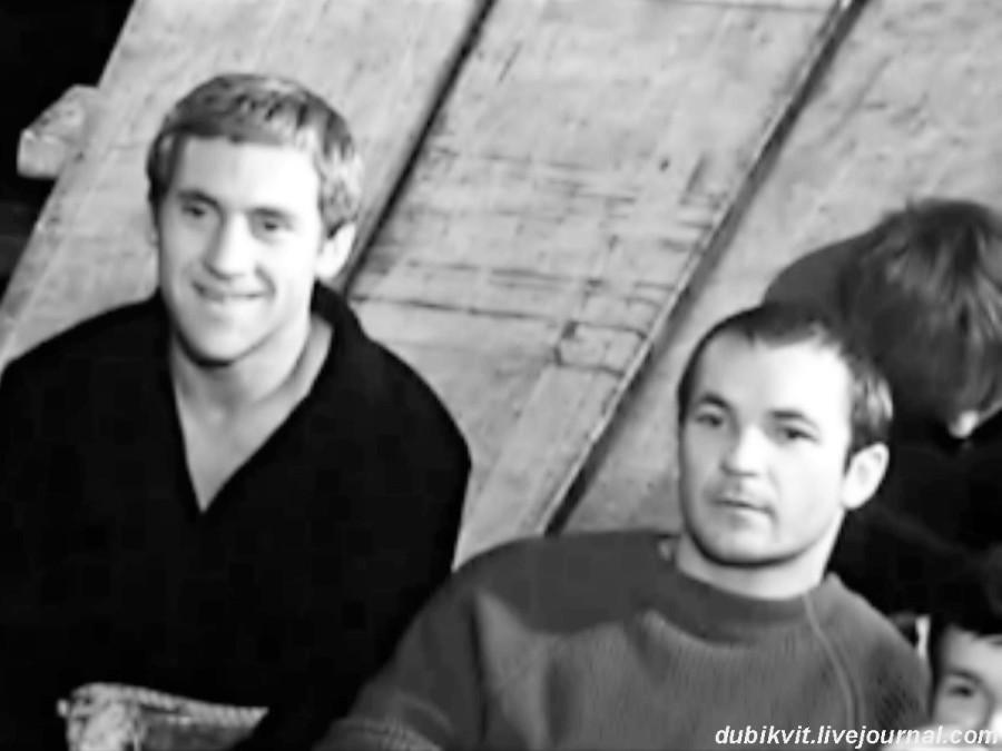028 Владимир Высоцкий и Николай Губенко перед репетицией спектакля «Пугачев». Театр на Таганке, 1967 год