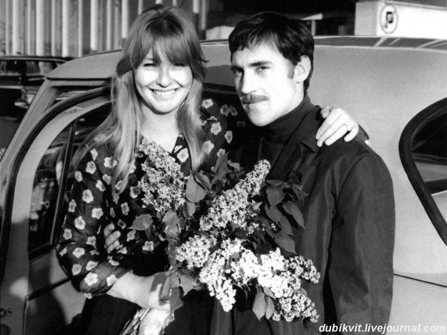 034 Владимир Высоцкий и Марина Влади в Шереметьево г.Москвы. Фото Владимира Мурашко, май 1969 года