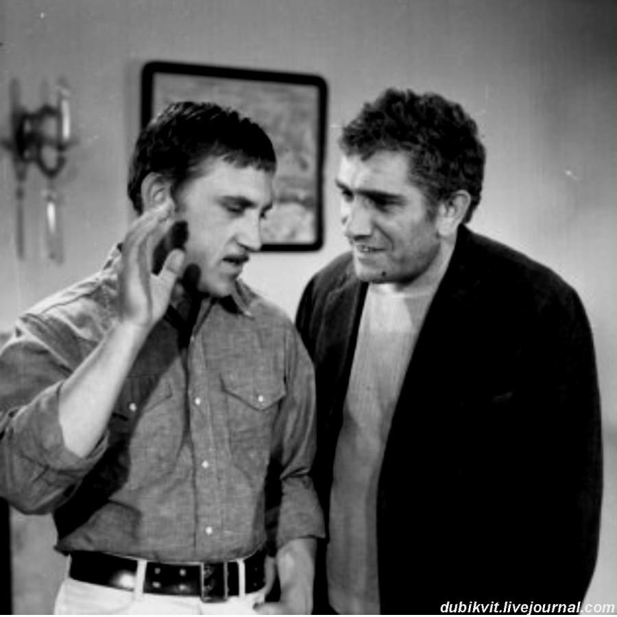 040 Владимир Высоцкий (Он, журналист) и Армен Джигарханян (Ричардии) во время съёмки фильма Александра Столпера «Четвёртый». Фото И.Аксёнова, 1972 год