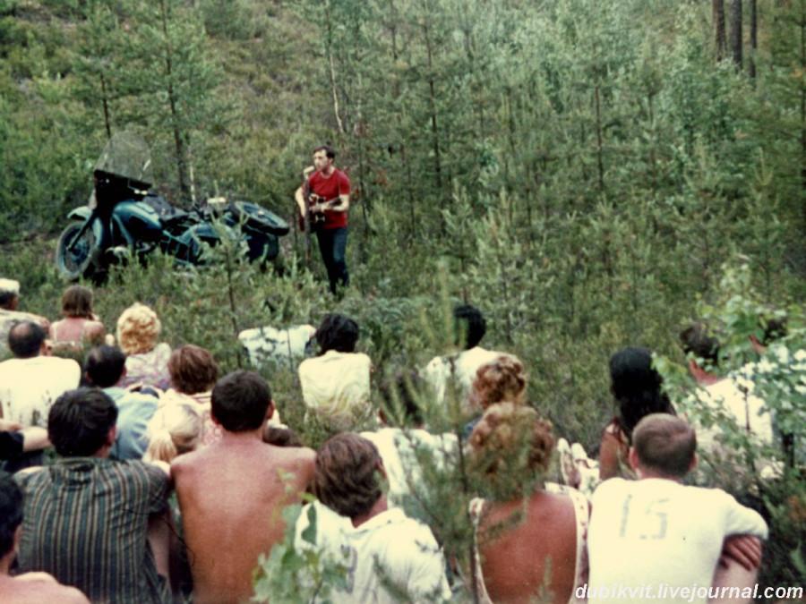 042 Выступление Владимира Высоцкого на «Лесном концерте» под Сосново на озере Лампушка Ленинградской области. Фото 1 июля 1972 года