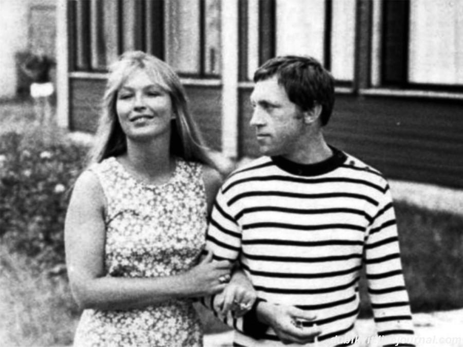 043 Марина Влади и Владимир Высоцкий в кемпинге «Яункемери» г.Юрмалы (Латвия). Фото Ояра Мартинсона, июль 1972 года