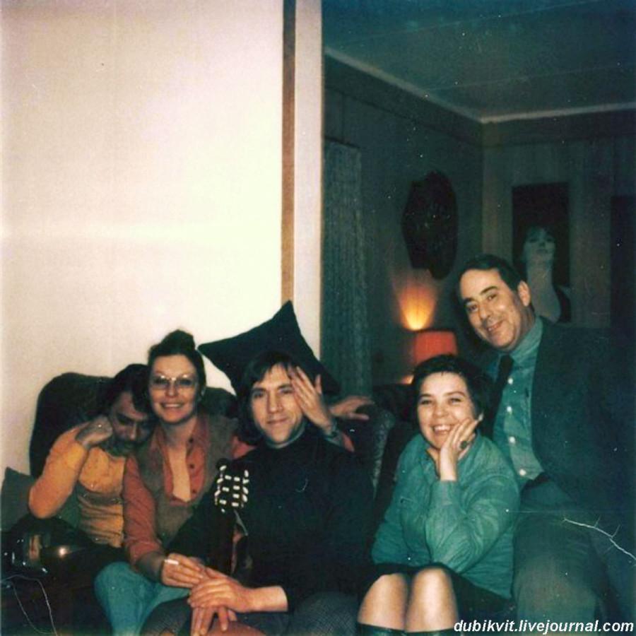 053 В московской квартире по ул.Малая Грузинская, 28. Фото А.Миронова, 8 марта 1976 года