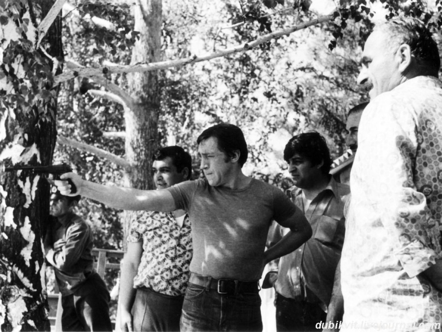 055 Владимир Высоцкий на стрельбище вблизи «Чистых Ключей», Иркутской области. Фото Леонида Васильевича Мончинского, 20 июня 1976 года