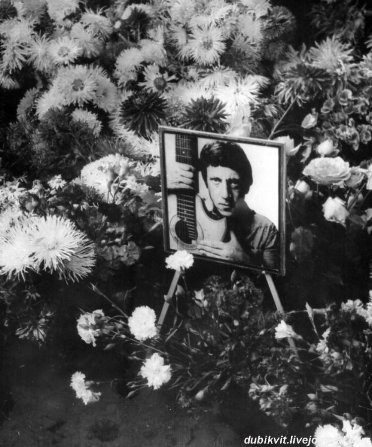 079 На могиле Владимира Высоцкого. Фото 28 июля 1980 года