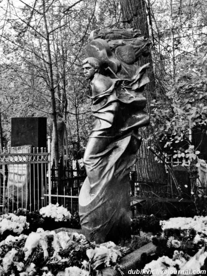 080 Памятник работы Александра Рукавишникова на могиле Владимира Высоцкого. Открыт 12 октября 1985 года