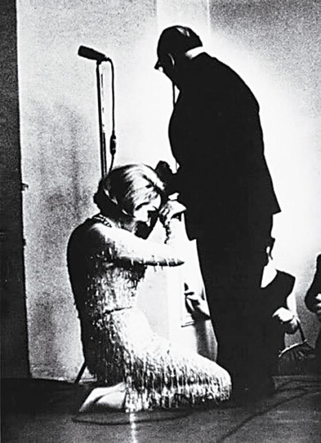 002 Марлен Дитрих целует руку Константину Паустовскому, 1963 год. Актриса прониклась прочитанным в юности рассказом писателя «Телеграмма», и с тех пор долго лелеяла мечту поцеловать руку, которая его написала