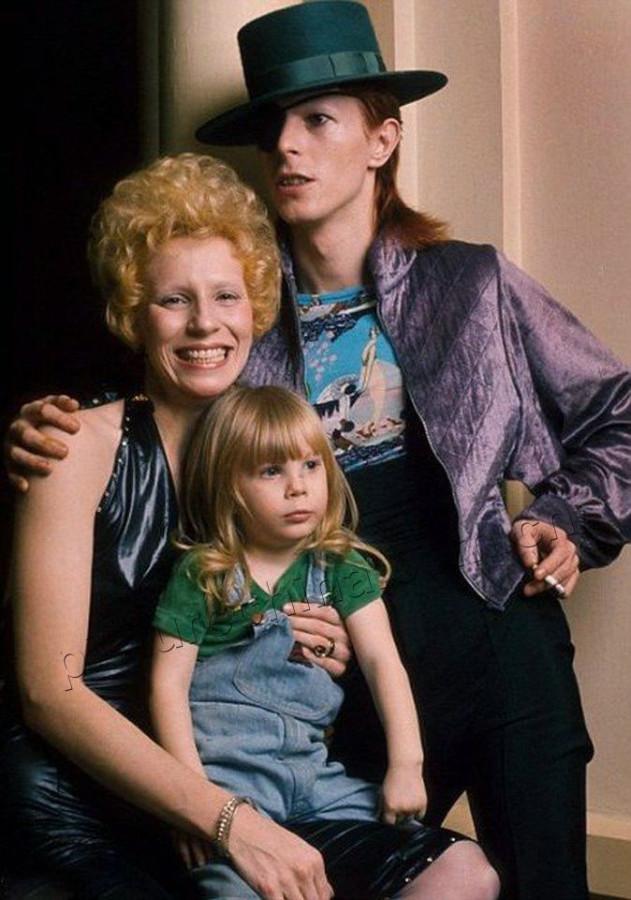 025 David Bowie с своей первой женой и дочкой