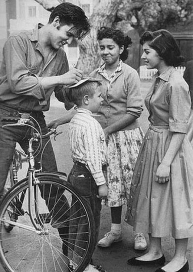 029 Элвис Пресли дает автограф на голове мальчика