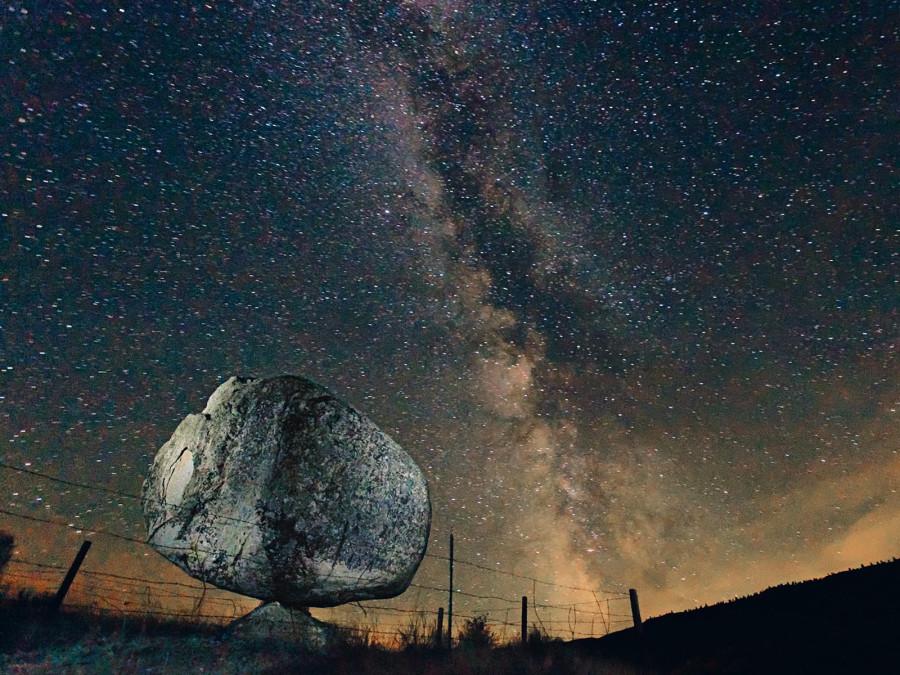 Этот камень как будто упал с неба, но на самом деле эта 40-тонная глыба в индейской резервации штата Вашингтон стоит. Иногда такие валуны называют «камни для обтирания», потому что бизоны любят обтираться о них
