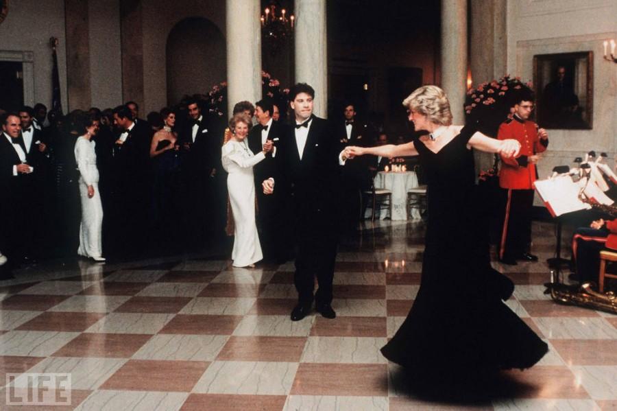 002 Принцесса Диана и Джон Траволта танцуют в Белом Доме в 1985 году
