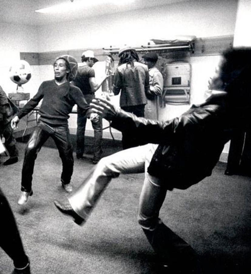 008 Боб Марли  и Джими Хендрикс играют в футбол перед концертом