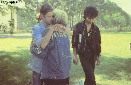 Б.Г. и Виктор прощаются с Джоанной перед её отплытием на корабле из Санкт-Петербурга в Хельсинки. 1987