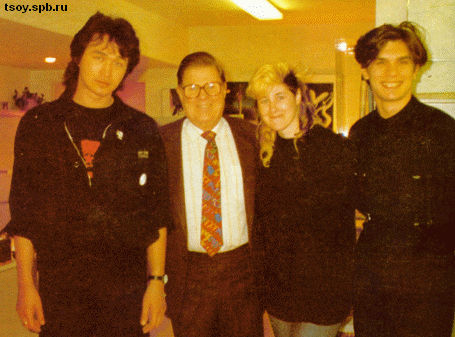 Виктор, Джоанна и Юрий в гостях у одного из самых известных коллекционеров современного искусства в Америкe - Фредерика Уайсмана, в коллекции которого также имеются и две картины Виктора Цоя.