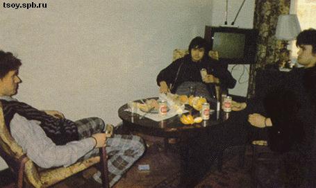 Густав, Виктор и Юрий а гостиннице у Джоанны. Ребята учат Джоанну игре в Дурака и она на пару с Густавом обыгрывает Виктора с Юрием. 1985