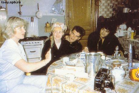 Джоаннина мама, Джоанна, Юрий и Виктор на кухне у Б.Г. 1986