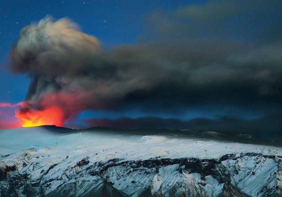 Вулкан Эйяфьядлайёкюдль в Исландии перед рассветом