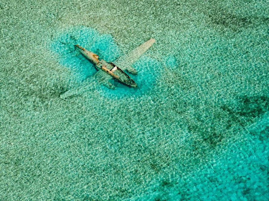 Затонувший самолет, Багамы. Этот Curtiss C-46 упал здесь 15 ноября 1980 года, перевозя контрабандой наркотики для колумбийского картеля. Теперь он лежит под водой, к востоку от аэропорта Норманс Кей в Эксуме, Багамы