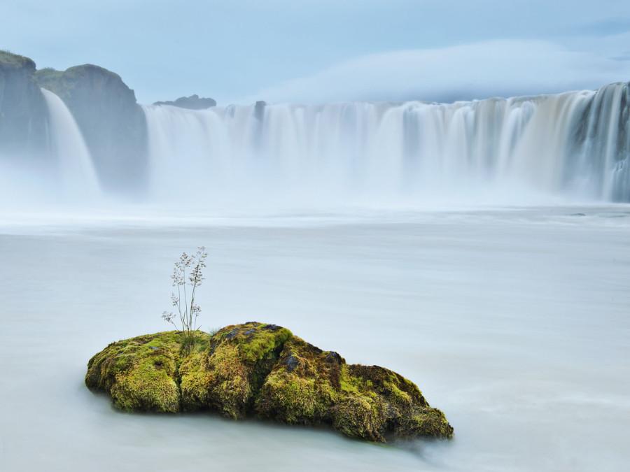 Ледниковые потоки падают с 12-метровго края водопада Годафосс – «водопада богов». После принятия Исландией христианства в 1000 году, в этот водопад были сброшены все языческие идолы