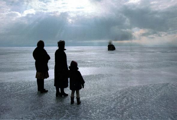 047 Вера Бобова, вместе с невесткой и внучкой, провожает своего сына Ваню в дальний и опасный путь. Ее старший сын, тоже охотник, утонул, когда его грузовик провалился сквозь лед