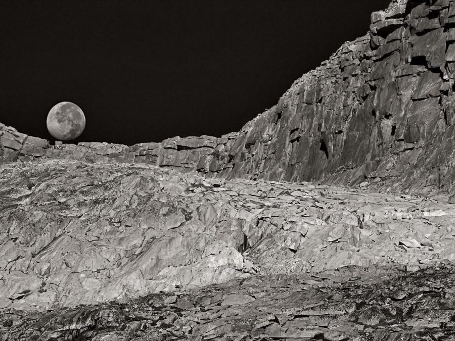 Заходящая луна на фоне лунного пейзажа у перевала Донохью в Калифорнии, заповедник Энсела Адамса