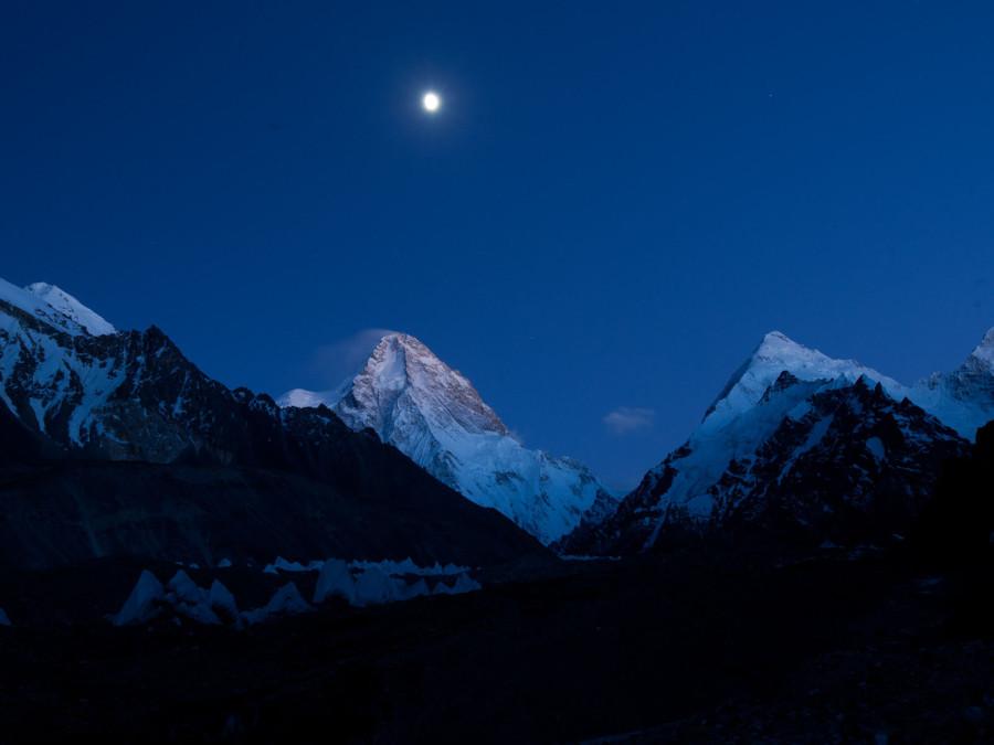Луна освещает северный склон К2