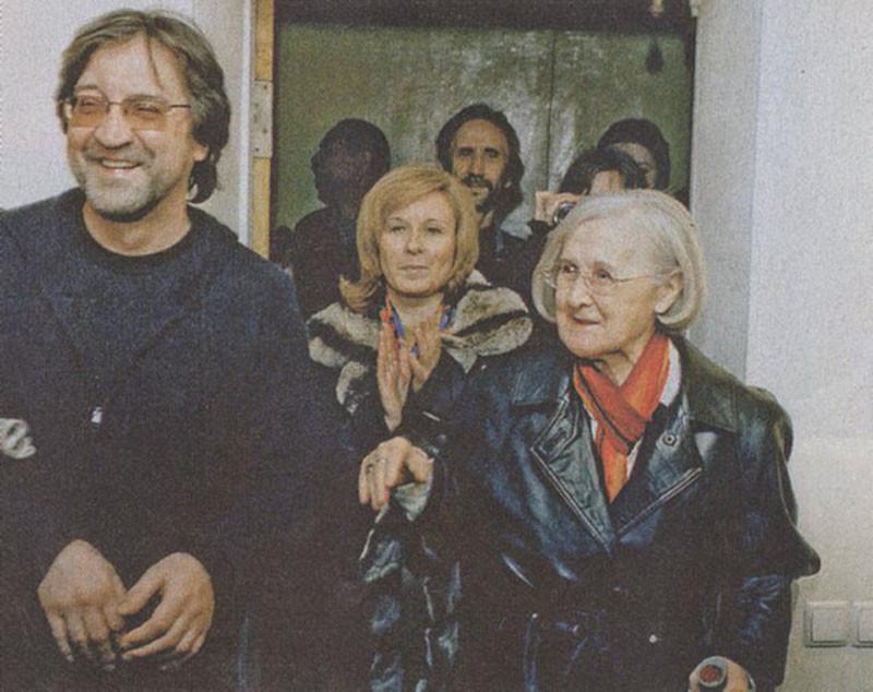 015 Юрий Шевчук с мамой на её выставке