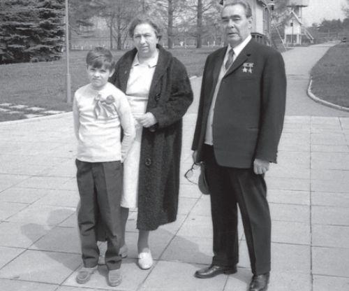 Леонид Ильич с Викторией Петровной и внуком Андреем. Государственная дача «Заречье». Май 1971 г