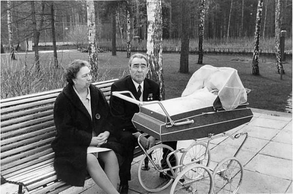 Подмосковье, дача Заречье, Брежнев с женой и правнучкой Галей, 1970 год
