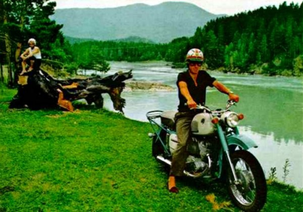 079 Мотоциклист в домашних тапочках на берегу Катуни