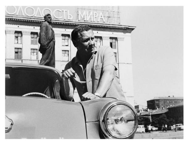 А. Папанов у своего автомобиля. Автор Князев Андрей, 1960