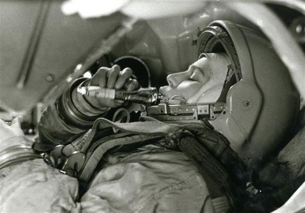 Валентина Терешкова в тренажёре космического корабля ''Восток''. Автор Смирнов Борис, 1963