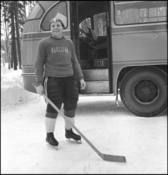 Капитан хоккейной команды Наши Юрий Гагарин ЦПК. Автор Смирнов Борис, 1963