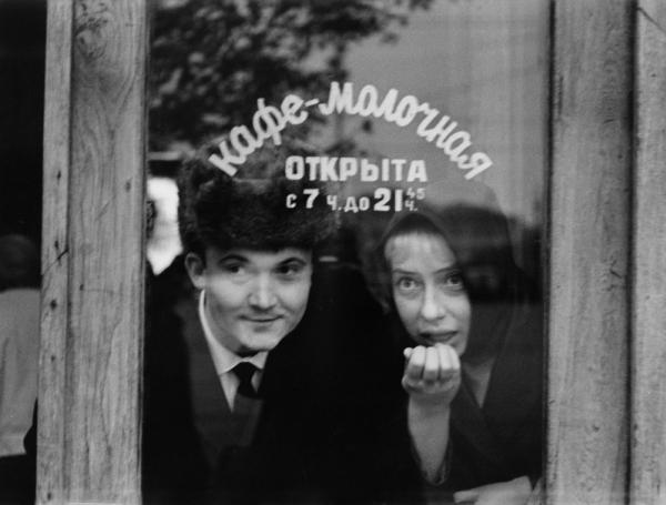 Кафе-молочная. И. Чурикова и В. Павлов. Автор Князев Андрей, 1960