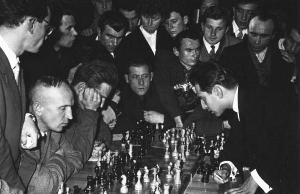 М. Таль даёт сеанс одновременной игры шахматистам. Минск. Автор Савин Михаил, 1960