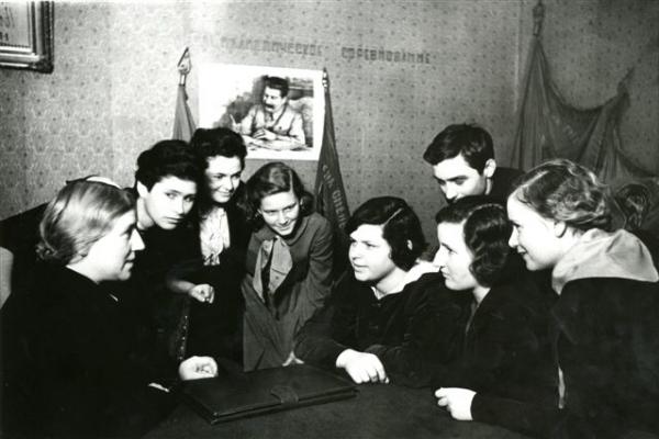 Школа № 127 г. Москвы. Дочь Сталина Светлана Аллилуева. Автор Халип Яков, 1937