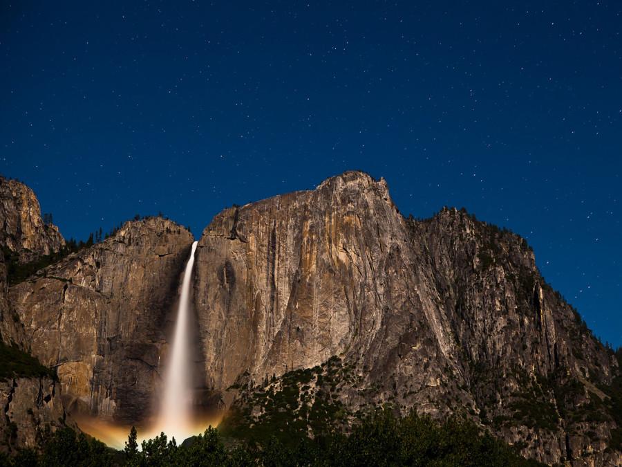 Лунный свет отражается в брызгах у нижней части водопада в Долине Йосемити