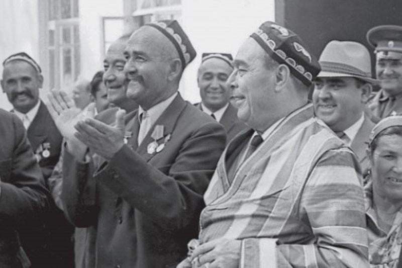 Туркменская ССР. Л. И. Брежнев в национальном халате. 1971 г