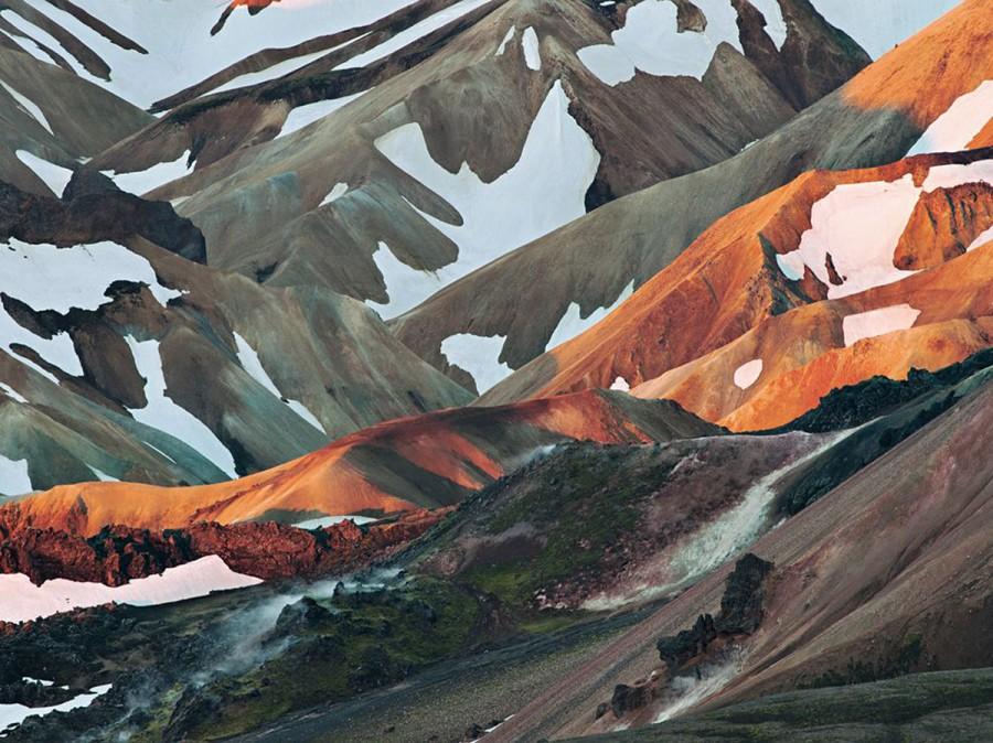 Первые лучи июньского солнца на вулканическом хребте в Ландманналаугаре