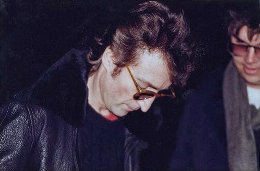 Джон Леннон даёт автограф своему убийце Марку Дэвиду Чепмену, 1980