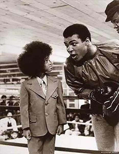 Знаменательная встреча короля ринга и короля сцены - Мухаммед Али и юный Майкл Джексон