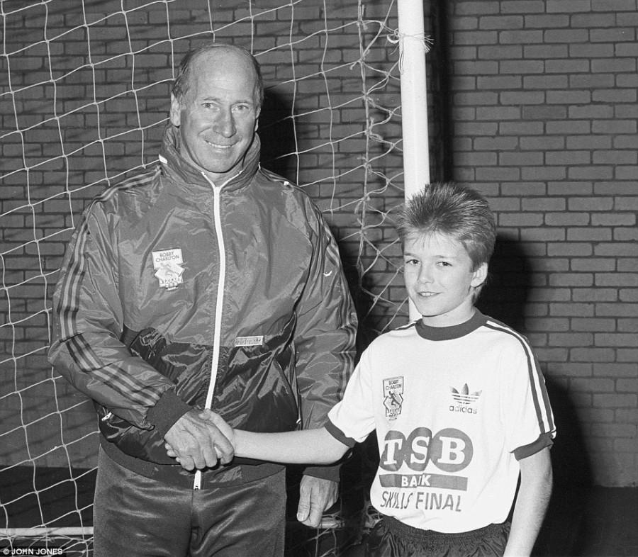 14 - летний Дэвид Бэкхэм подписывает контракт с Манчестер Юнайтед. Справа от него Сэр Алекс Фергюссон 5