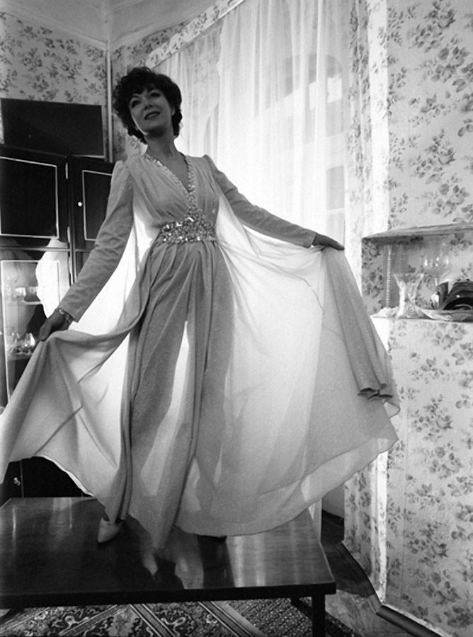 Дама в вечернем платье 1982