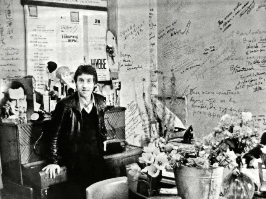 Владимир Высоцкий в кабинете главного режиссера театра на Таганке Юрия Любимова. Фото Анатолия Сергеевича Гаранина, 30 сентября 1979 года
