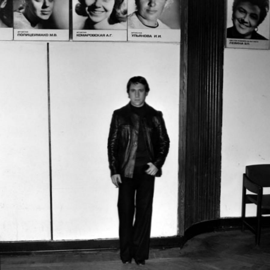 Владимир Высоцкий в фойе театра на Таганке. Фото Александра Стернина