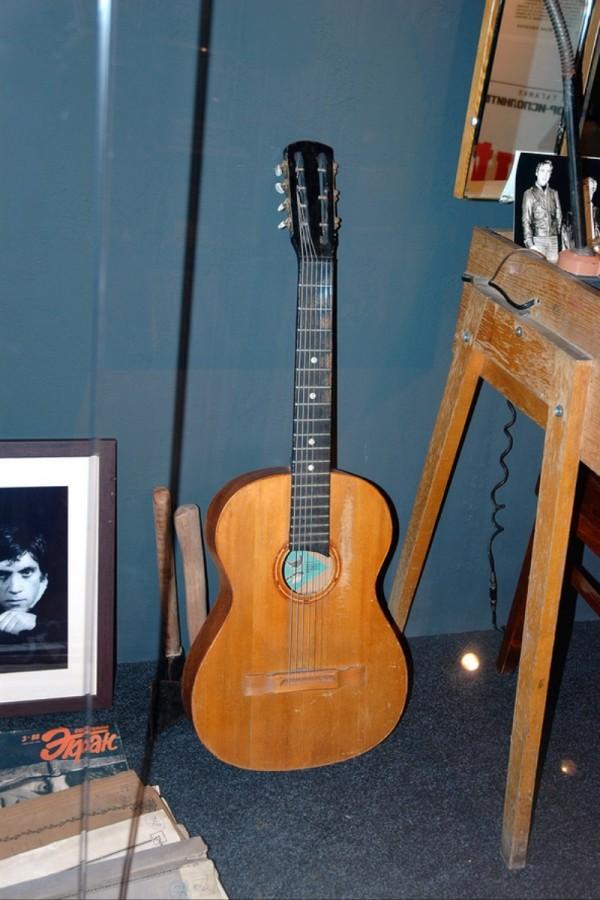 Театральная гитара, на которой Владимир Высоцкий играл во время репетиций и спектаклей в театре на Таганке