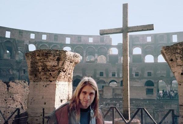 195 22-летний Курт Кобейн на фоне Коллизея в Риме в 1989-м году