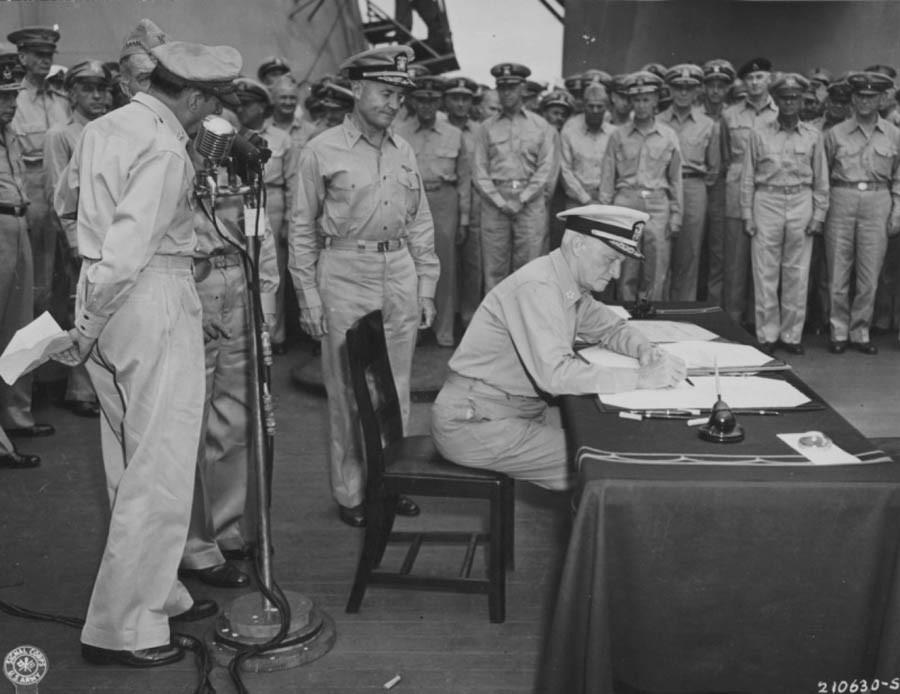 Американский адмирал Честер Нимиц подписывает акт о капитуляции Японии